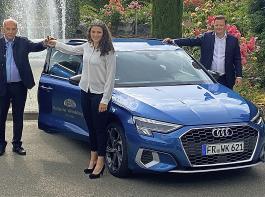 (Von links:) Autohaus-Seniorchef Franz Xaver Grünwald überreichte der neu gewählten Badischen Weinkönigin, Katrin Lang, die Schlüssel zu ihrem Dienstwagen unter Beisein von Holger Klein vom Badischen Weinbauverband.