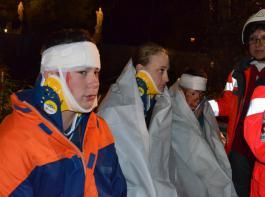 Jugendliche simulierten, mit Kunstblut schön-scheußlich geschminkt, die Verletzten am Ort des Unfalls.