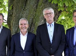 Gleich zwei neue Gesichter gibt es in leitenden Funktionen bei der ZG:  Neu in dem um eine Person erweiterten Vorstand ist seit 1. Juli Dr. Holger Löbbert (rechts).  Er verantwortet die Bereiche Tiernahrung und IT und war zuvor Geschäftsführer einer BayWa-Tochterfirma in Norddeutschland. Nachfolger von Franz Utz (Zweiter von links) als Leiter  der Abteilung Vermarktung wird  Hermann Frey (rechts neben ihm).   Links Vorstandsvorsitzender Ewald Glaser.