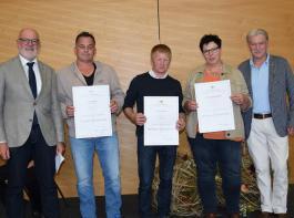 Landwirte und Winzer, die vor 25 Jahren die Meisterprüfung absolvierten, stecken mitten im Berufsleben. Deshalb konnten nur drei Jubilare zur Feier kommen. Klemens Ficht (links) und Friedbert Schill (rechts) überreichten die Urkunden.