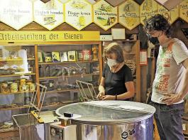 Brigitte Laule-Detzer erklärt, wie die Waben für die Honigschleuder vorbereitet werden. Das Haus zeigt rund 600 Ausstellungsstücke.