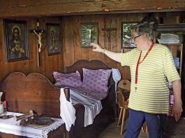 Annegret Huhn zeigt die Schlafkammer im historischen Schiederlihof, der noch bis Mitte des 20. Jahrhunderts bewohnt war.