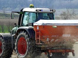 Die Bundesregierung gewährt der Landwirtschaft eine zusätzliche Milliarde Euro über vier Jahre verteilt. Die verschärfte Düngeverordnung will sie aber zügig umsetzen.