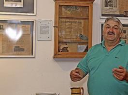 Armin Kreiter zeigt an den Wänden seines  Museums verschiedene Dokumente und  Zeitungsausschnitte von anno dazumal.
