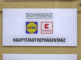 Kaufland gehört zusammen mit Lidl zur Schwarz-Gruppe, die  ihren Sitz in Neckarsulm bei Heilbronn hat, aber natürlich auch  in der Hauptstadt vertreten ist. Während Lidl die Discount-Schiene abdeckt, ist Kaufland ein Großflächen-Vollsortimenter.