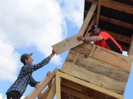 Holz wird im Rahmen der Ausbildung zum Beispiel für den Hochsitzbau verwendet.