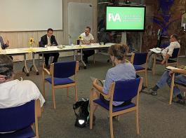 Abstand war angesagt bei der Pressekonferenz mit FVA-Direktor Professor Ulrich Schraml (vorne links) und Minister Hauk (vorne Mitte).