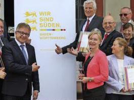 """""""Wir sind Süden"""": Dieses Motto soll auch den Weintourismus  stärken, sagte Tourismusminister Guido Wolf (vor dem Plakat) bei der Preisübergabe."""