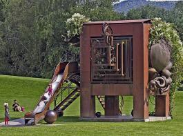 Die Eisenplastik Amboss von Bernhard Luginbühl  im Park im Grünen in Basel erinnert an einen Ele- fanten und lädt Kinder zum Rutschen ein.