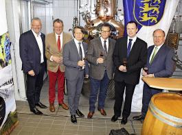 Landwirtschaftsminister Peter Hauk (dritter von rechts) eröffnet neue Brennerei der ältesten deutschen Weinbauschule. Links neben Hauk LVWO-Direktor Dr. Dieter Blankenhorn.