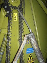 Wälzlager mit Schmierhinweis (gelber Pfeil) an der Verteilwalze eines Ladewagens.