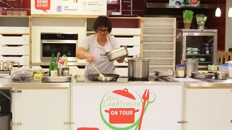 Die Landfrauen zeigen auch 2017 wieder in REWE-Supermärkten ihr Können
