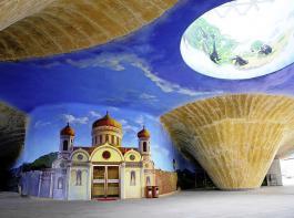 Der große Eingangsbereich des Château Kings (hier noch im Bau) zeigt das größte Weinbau-Fresko der Welt.