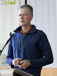 Hans Holland, Landwirt aus Ochsenhausen, setzt auf die Silierung und anschließende Vergärung des Kleegrases.