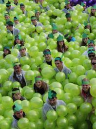 404 menschliche Weintrauben versammelten sich auf dem Sportplatz.