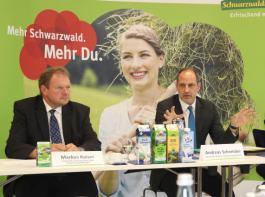 Den Landwirten sei bewusst, dass durch  die Markenprodukte mehr  Geld auf die Höfe fließe, berichteten Aufsichtsratsvorsitzender  Markus  Kaiser (links) und Andreas Schneider auf der Pressekonferenz von der Stimmung auf der am Vortag abgehaltenen Generalversammlung.