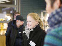 Vanessa Wolff während einer Führung im Rahmen der jährlichen Schulausstellung an der Bayerischen Landesanstalt für Weinbau und Gartenbau Veitshöchheim.