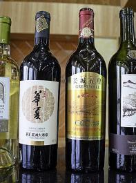 Flaschen der Marke Great Wall. Sie ist auf Cabernet-Sauvignon ausgerichtet,die dominierende Sorte in China.