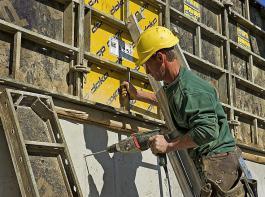 """""""Landwirte scheuen derzeit Investitionen in Wirtschaftsgebäude und auch Maschinen, weil politische Planungssicherheit fehlt"""", stellte DBV-Präsident Joachim Rukwied fest."""