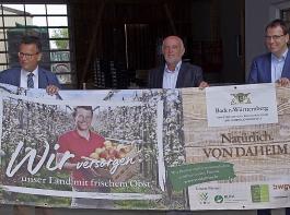 Ortstermin beim Plakat-Model (von links): David Mild,  Agrarminister Peter Hauk; BLHV-Präsident Werner Räpple; Abgeordneter Volker Schebesta und Davids Mutter  Annette Mild.