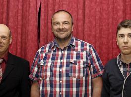 Klemens Gugel (Mitte) aus Ihringen wurde als neuer Vorstandsvorsitzender gewählt, bisher war er im Aufsichtsrat. Sein Vorgänger Markus Schörlin (links) wechselt dagegen in den Aufsichtsrat. Neu in dem um einen Sitz verkleinerten Aufsichtsrat ist auch Lenz Grotz aus Sasbach-Leiselheim (rechts). Für ihre  langjährige Tätigkeit wurden die ausscheidenden Aufsichtsräte  Michael Schmidt (seit 2002) und Willi Sacherer (seit 1990) geehrt.