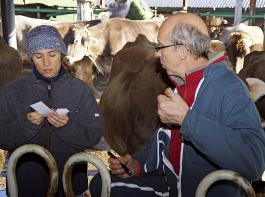 """Bruno Giboudeau, übersetzt von Nathalie Roth vom Landwirtschaftlichen Zentrum St. Gallen, erklärt die """"Kärtchenmethode"""