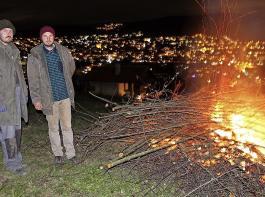 ,,Michael Lindemer (links)und Johannes Schneider entzündeten ein Mahnfeuer auf dem Tüllinger Berg mit Blick auf das Dreiländereck.