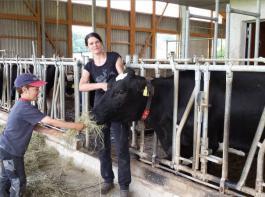 Dieser junge Landwirt unterstützt seine Mama bei  der Entnahme der Gewebeprobe für die KuhVision.
