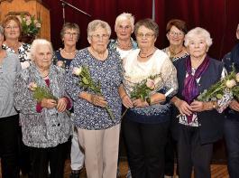 Das Vorstandsteam mit Anja Moosmann und Christel Ruht-Maas (von links) freute sich mit den Landfrauen, die  bei der Gründung dabei waren.