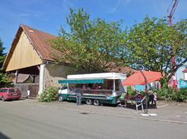 Das Fahrzeug und der kleine Marktstand daneben  - fertig ist Frenks fahrender Dorfladen.