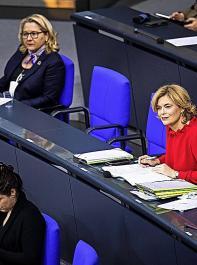 """Die Initiative der Umweltministerkonferenz begründete Ministerin Svenja Schulze (oben links) damit, dass die Agrarministerien die Umsetzung der GAP """"unter sich ausmachen wollen"""". Das Bild mit Landwirtschaftsministerin Julia Klöckner (rechts) entstand im Dezember 2020 im Bundestag."""