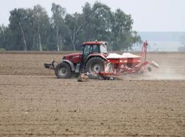 Eine Drillmaschine  bei der herbstlichen Getreideaussaat.
