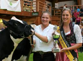 """Braunviehkönigin Beate Bühler gratulierte Katharina Mock (links) zum Titel """"Intermediate Champion""""."""