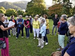 Beim Stadteilspaziergang berichtet  Sabine Ullrich  (vorne links) von den Besonderheiten im Schlosspark in Ebnet.