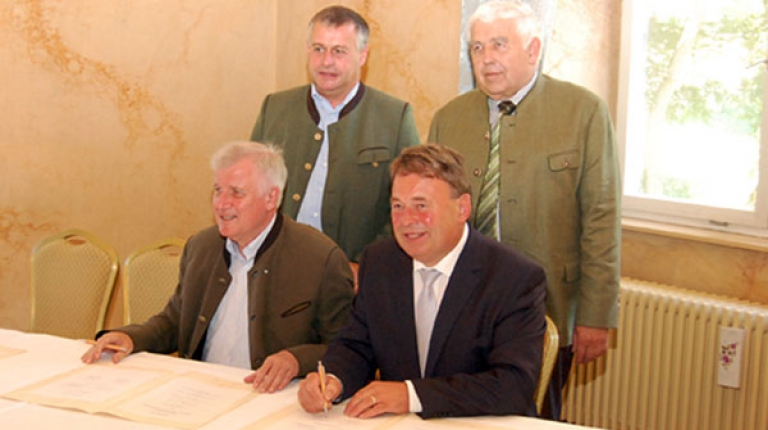 Unterzeichneten den Waldpakt in Gaibach: vorne v.l.: Ministerpräsident Horst Seehofer und Landwirtschaftsminister Helmut Brunner sowie (hinten v. l.) BBV-Präsident Walter Heidl und Sepp Spann, Präsident des Bayerischen Waldbesitzerverbandes.