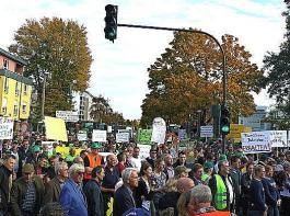 """Rund tausend Bäuerinnen und Bauern demonstrierten  am Montag unter dem Motto """"5 vor 12"""" vor dem Bundeslandwirtschaftsministerium in Bonn."""