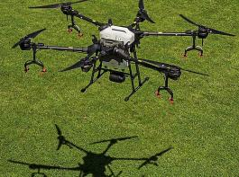 Die Drohne hat ein Abfluggewicht von 40,5kg, eine Spannweite von rund 2,5m und eine Arbeitsbreite von 3m.