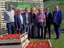 Auf dem Betrieb von  Martin Ziegler (Bildmitte) in Lautenbach fand am Dienstag die Saisoneröffnung für die Erdbeeren statt.