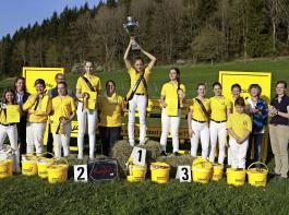 Die erfolgreichen Jungzüchter posierten fürs Foto mit der Gesamtsiegerin Enya Farrenkopf (Mitte, mit Pokal).