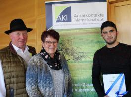 Franz und Lucia Käppeler gratulierten  ihrem Praktikanten Aslanbek Usenov aus Kirgistan zum Abschluss.