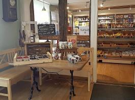 Vielversprechender Blick in den genossenschaftlichen Dorfladen in Britzingen: Zu ihm gehört auch das Dorfcafé, das feine Kuchen bietet.