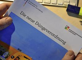 Kaum gedruckt, schon wird geändert: Während Bundeslandwirtschaftsministerin Julia Klöckner die neuen Maßnahmen als unvermeidlich bezeichnete, reagierte der Deutsche Bauernverband verärgert und sprach von Vertrauensbruch.