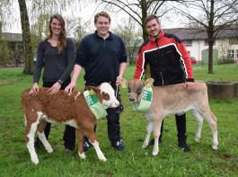 Die Sieger der Sparte Landwirtschaft erhielten ein Kälbchen (von links): Franziska Rehm, Matthias Bröcheler und Martin Joos.