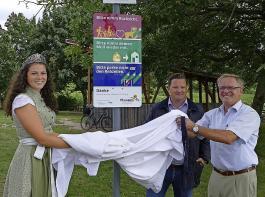 Katrin Lang, Holger Klein und Günter Linser enthüllten das  erste Hinweisschild am Attilafelsen.
