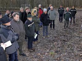 Die  Rinderherde im Wald wird gehalten und betreut vom ortsansässigen Landwirt Tilman Windecker (rechts). Bei der Pressefahrt schilderte er die Besonderheiten dieses Betriebszweiges.