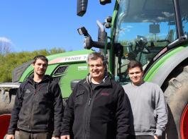 Agrarservicemeister Oliver Dinger (Mitte) kann nach der Qualifikation auch Azubis ausbilden. Nico Kienzle (links) und Lukas Dinger (rechts) arbeiten in dem Unternehmen als Gesellen mit.