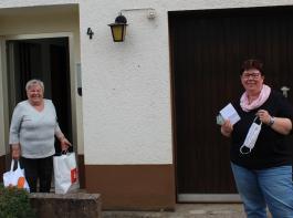 Monika Mayer von den Göschweiler Landfrauen macht zusammen mit ihren Kolleginnen regelmäßig Besorgungen für ältere Einwohner. Anita Schmidt (links) nimmt das Einkaufsangebot gerne an.