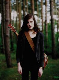 Trotz Melancholie verfolgt Madeline Juno ihre Musikkarriere ehrgeizig.