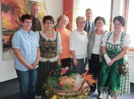 Einen prall gefüllten Erntekorb überbrachte das Vorstandsteam der Malterdinger Landfrauen.