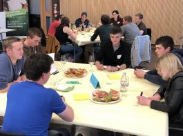An Thementischen diskutierten die Teilnehmer aktuelle Fragen.